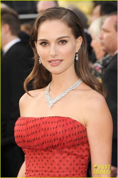 Natalie Portman Sparkles in Harry Winston  The 30-year-old actress, wore a V-shaped diamond necklace and diamond earrings on the red carpet.