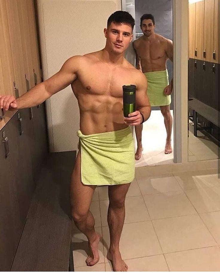 sportivnie-parni-v-dushe
