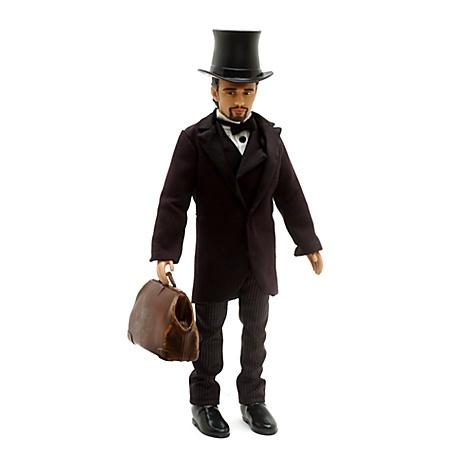 """Aus dem Kinderzimmer wird das Zauberland von Oz. Diese klassische """"Oscar Diggs""""-Puppe ist eine detailgetreue Nachbildung der Figur aus """"Die fantastische Welt von Oz"""" und trägt einen Anzug aus Textil, Hut und Tasche. #OZ ©Disney"""
