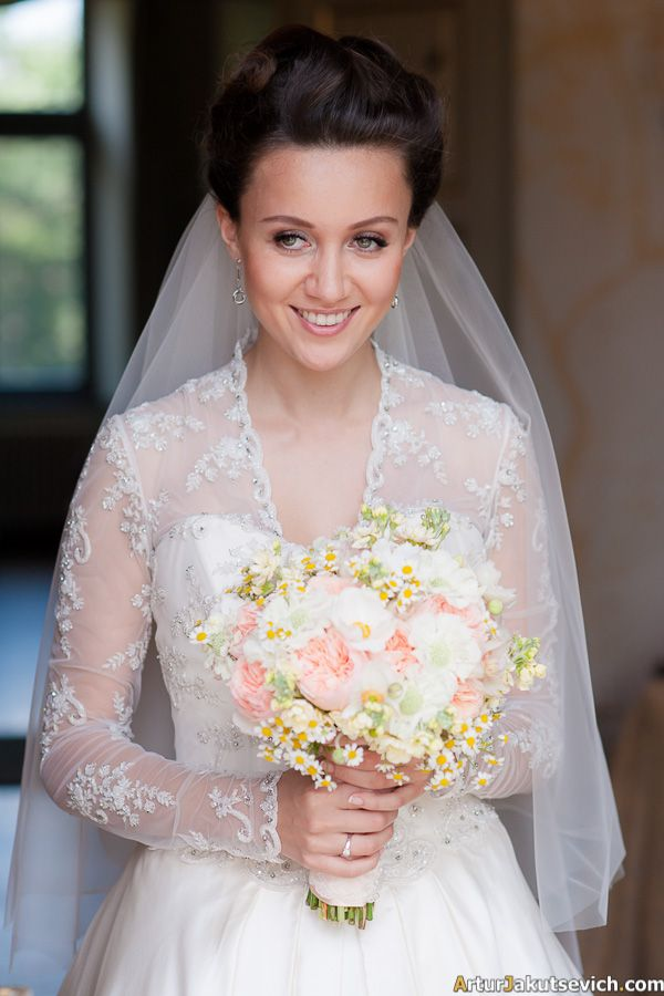 Classy wedding dress and peach toned bridal bouquet by Art Flowers (www.art-flowers.cz)