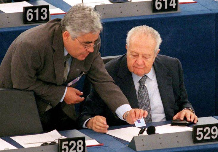 El europarlamentario portugués socialista Mário Soares charla con alguien no identificado que le muestra cómo usar el sistema electrónico de voto en el Parlamento Europeo, en Estrasburgo. Julio de 1999.