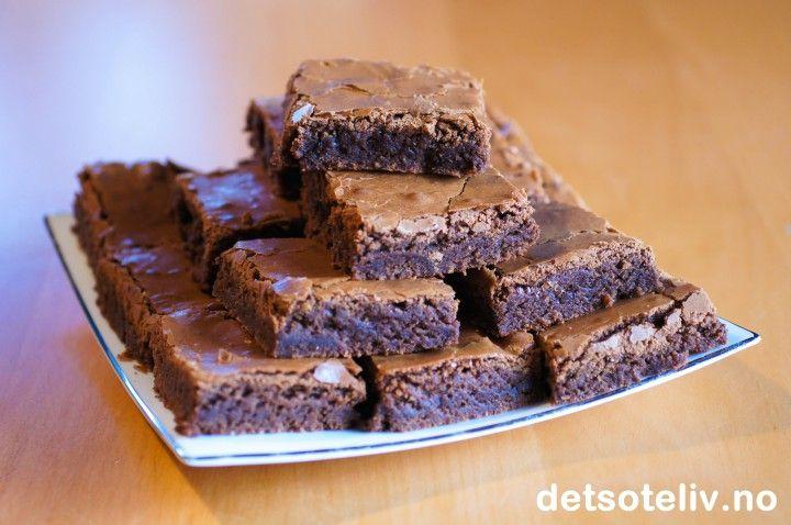 """Myke og saftige Brownies med skikkelig god sjokoladesmak! Her kan du rendyrke sjokoladesmaken, for Browniesene er helt uten nøtter, rosiner eller annet forstyrrende """"mikkmakk"""". Kaken er så enkel å lage at det som regel er denne varianten av Brownies jeg tyr til hvis jeg skal lage noe godt på impulsen. Oppskriften er for stor langpanne."""