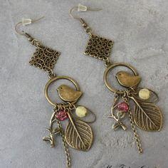 Bijou créateur - boucles d'oreilles pendantes bronze intercalaires estampe breloques oiseaux et feuilles perles tons jaune et fuchsia