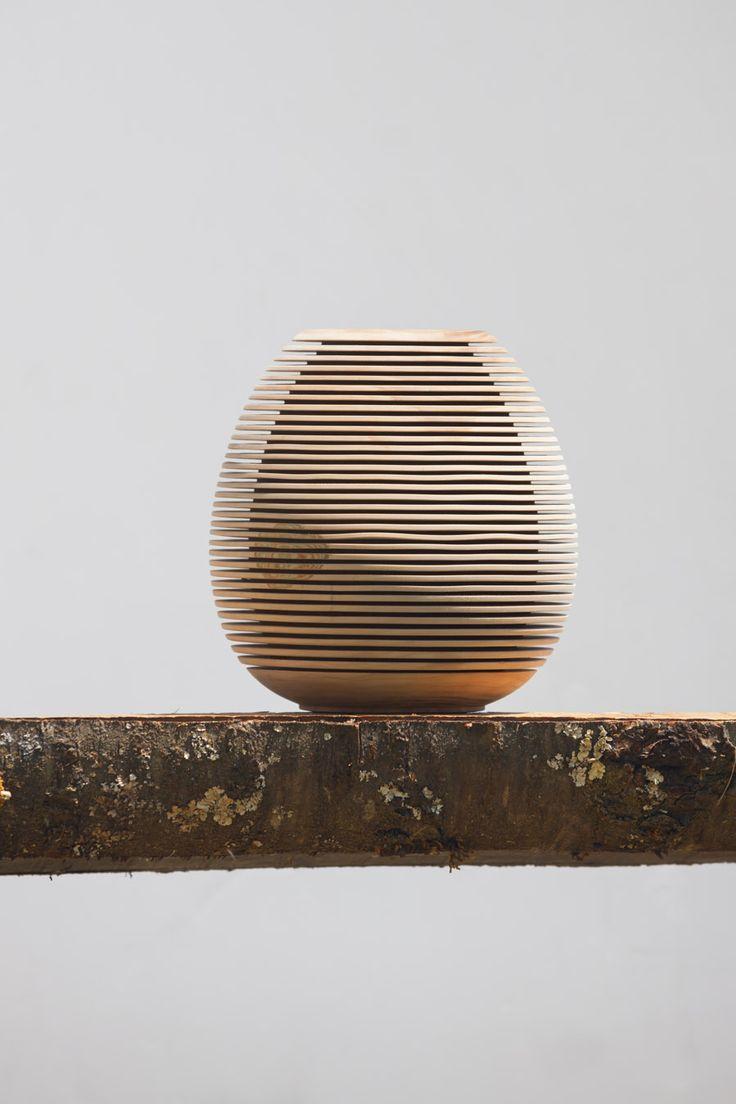Karl Heinz Windegger fertigt einzigartige Kunsstücke aus dem Holz vom eigenen Hof. Im Bild eine gedrechselte Vase - ein echtes Meisterstück und für ihn persönlich fast unverkäuflich. Roter Hahn - Südtirol