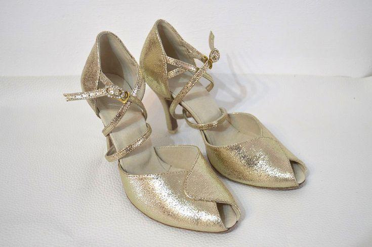 spoločenské topánky, tanečné spoločenské topánky, obuv na mieru, tanečná spoločenská obuv, topánky na ples, topánky na svadbu, svadobná obuv, pohodlné spoločenské topánky, topánky na tanec, luxusná obuv, farebné svadobné topánky, farebná svadobná obuv, topánky na nízkom opätku, exkluzívna spoločenská obuv, topánky podmerná veľkosť, topánky veľkosti 32, 33, 34, 35, nadmerná veľkosť, topánky veľkosti 42, 43, 44. topánky na stužkovú, zlaté svadobné topánky, zlaté topánky