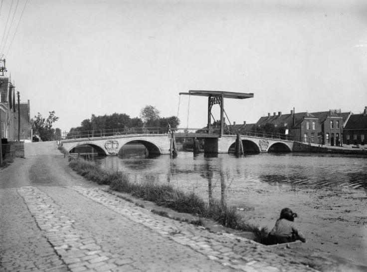Gezicht op de Hogebrug over de Delfshavense Schie met rechts de Delfshavensekade. Op de achtergrond de Overschiese Dorpsstraat, 1940.