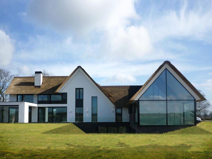 Mooi: combinatie van wit stucwerk, antraciete strakke, lange kozijnen. Daarnaast speelsheid van verschillende daken en de uitbouw met plat dak. Veel ramen aan achterzijde.
