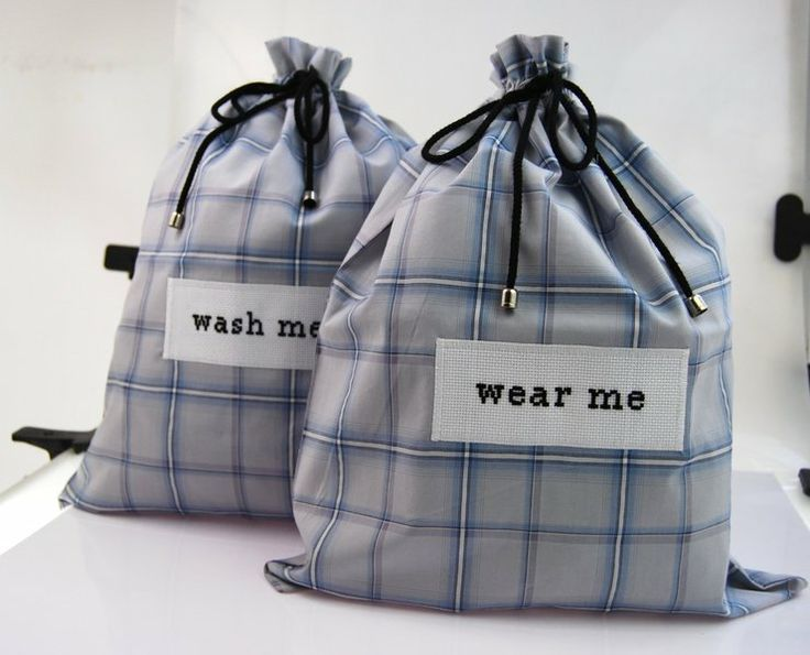 Zestaw eleganckich męskich torebek podróżnych na bieliznę. Cieniutka tkanina jak na luksusową męską koszulę. Aplikacja haftowana ręcznie.