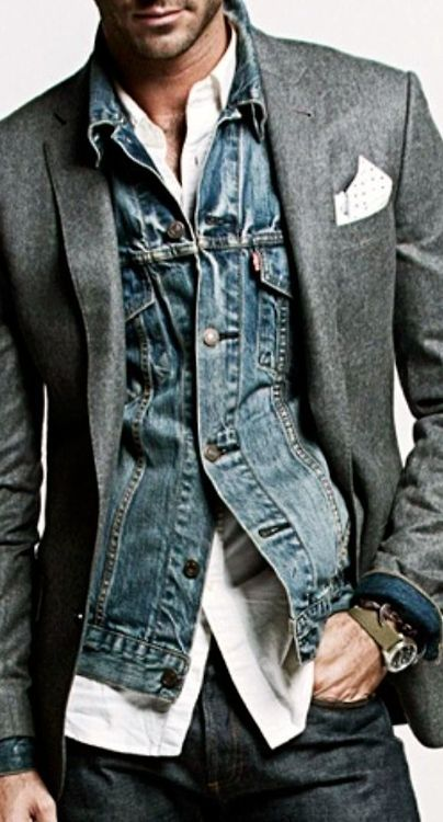 L'uso della pochette può rendere elegante un look sportivo. Estrema cura del dettaglio. Detail.