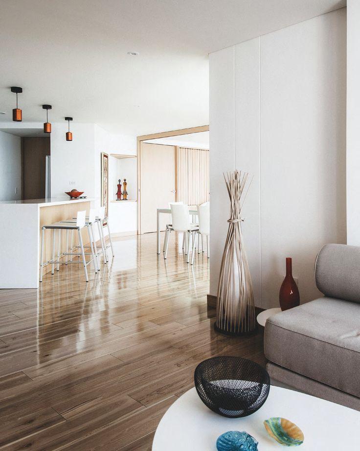 Buscando el mar y la luz: DESDE LA SALA se entiende el concepto de un solo espacio fluido, sin barreras, que se aplicó en el diseño de este apartamento de vacaciones.