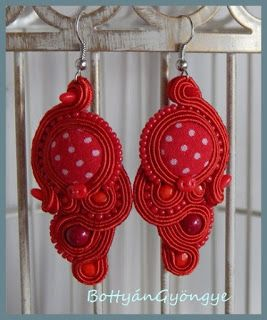 Piros aszimmetrikus sujtás fülbevaló - tekert - Red soutache asymmetrical earrings - wrapped