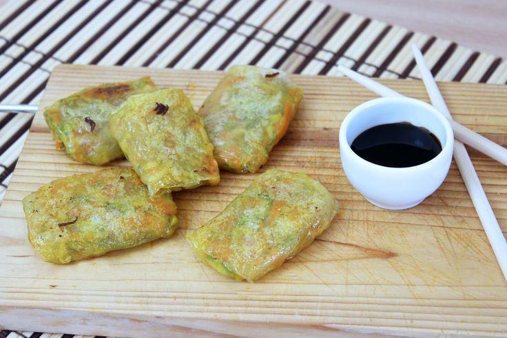 Gli involtini primavera di verdure sono un piatto di origine cinese, vediamo insieme oggi come prepararli con fogli di riso e verdure. INVOLTINI