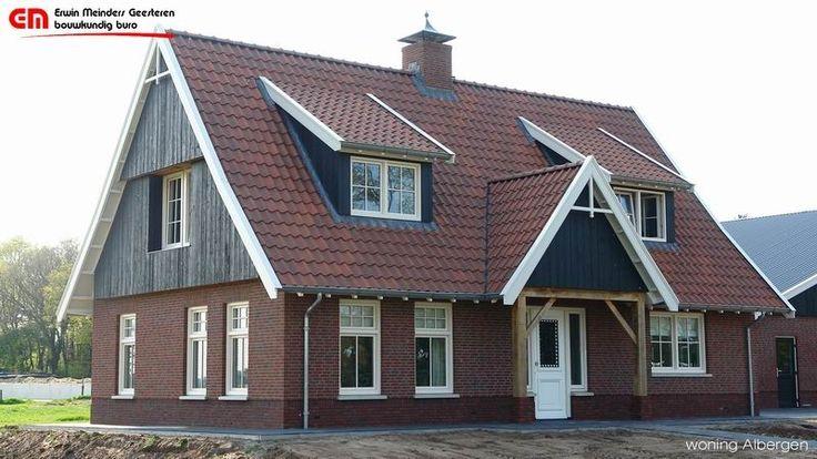 Landelijke woning in saksische stijl, met donkere eiken gevels en rode dakpannen.