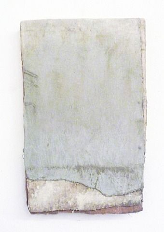 """Lawrence Carroll (1954) is een Australisch-geboren Amerikaanse schilder. Hij is het best bekend om zijn abstracte """"tabletten"""" gemaakt van schroot hout en karton, gips, beton. In de schaal van klein tot monumentaal zijn deze werken aan de muur gehangen en als onderdeel van grotere installaties op de vloer."""
