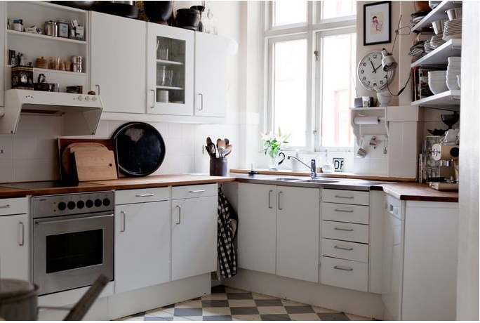 like the cozy, unpretentious look: Decor, Ideas, Dining Room, Wood, Apartment Kitchen, Cottage Farmhouse Kitchens, Kitchen Inspiration, White Kitchens