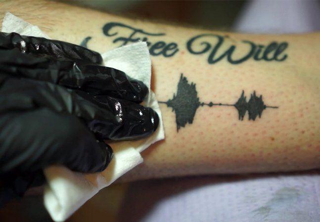 A escolha de uma tatuagem acontece de forma geral por valores simbólicos e primordialmente por questões visuais e estéticas. O significado de uma imagem, junto do impacto visual e da beleza do desenho são os motivos determinantes para que alguém escolha tatuar para sempre algo em sua pele. Mas e se a escolha de uma tatuagem também passar pela audição? E se o som de uma tatuagem também for parte da escolha? Parece loucura, mas é a mais nova invenção de um tatuador americano. São as Sound Wave…