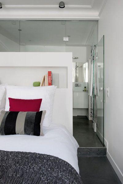 Pour aménager la salle de bains, on a surélevé le sol pour le passage des évacuations d'eau usées. Une marche de 15 cm sépare la chambre de la salle de bains ouverte. Visuellement, la différence de niveau fait aussi office de séparation de pièce.