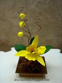 Mas uma orquídea amarela, esta foi montada em vaso de madeira modelo quadrado e acrescentei à ela três lindos botões, que proporcion...