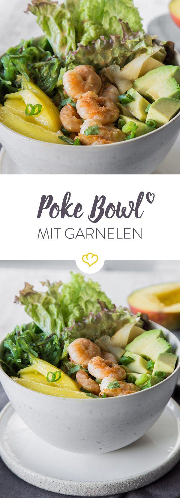 Üblicherweise kommt eine Poke Bowl mit mariniertem Fisch daher. In diesem Rezept veredeln wir die Schüssel ganz easy mit Garnelen, Quinoa, Mango und Sesam.