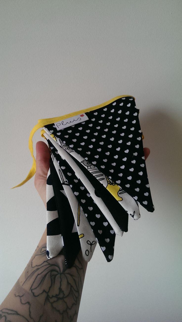 vlaggenlijn zwart/wit/geel – Pluissss