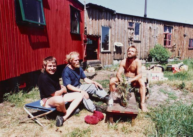 Drop Kødbyen og Nordvest. De unge og de kreative har fundet et nyt tilholdssted - Udkantsdanmark. Her kan de dyrke kål og leve i harmoni med deres værdier og yogapraksis. Men er der tale om et oprør mod systemet, når storbyens hipster-hippier flytter til Samsø og Sydsjælland for at få fred og friske grøntsager?
