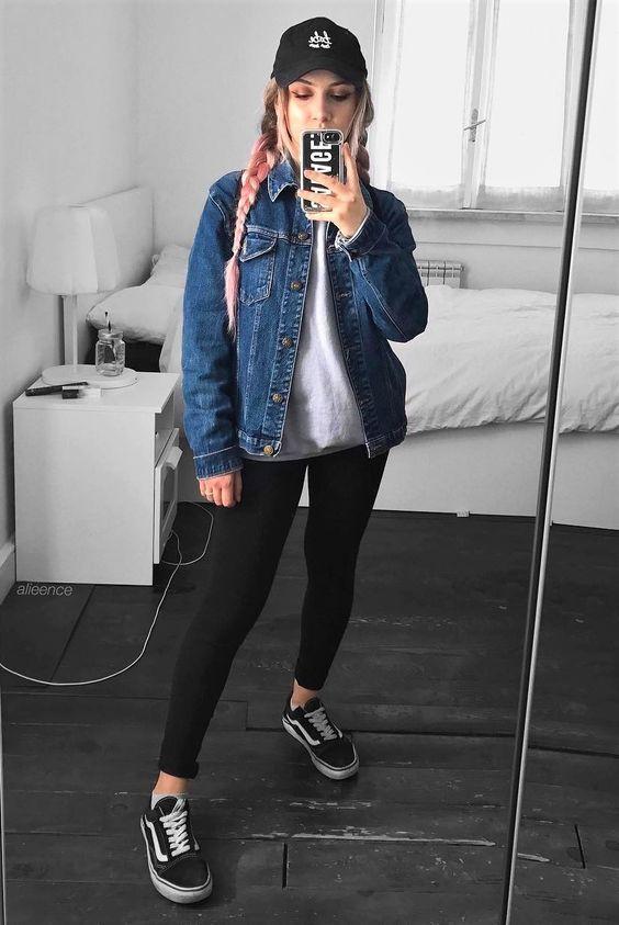 Trend Alert  o tênis preto nunca foi tão cool. Boné preto, t-shirt banca,  jaqueta jeans, calça legging preta, vans old skool preto 3652fbd12a