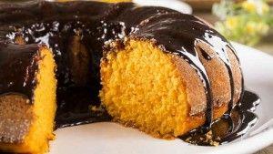 Aprenda os segredos de um delicioso bolo de cenoura com cobertura de chocolate bem fofinho. Com ingredientes fáceis de ter em casa.