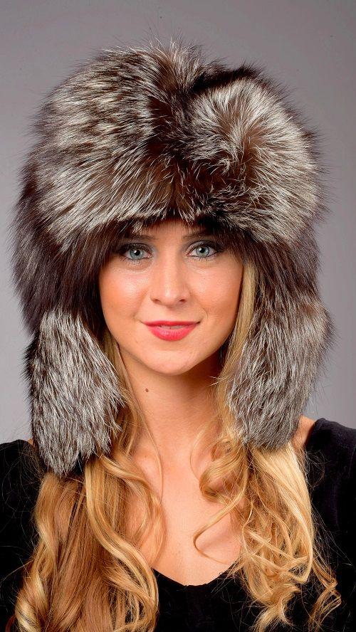 Cappello in pelliccia unisex, in autentica volpe argentata naturale. Cappello con paraorecchie in stile russo.  www.amifur.it