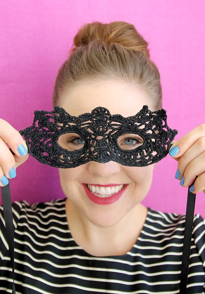 Hw to crochet a masquerade mask - what a cure halloween idea or even a Mardi Gras or Carnival costume!