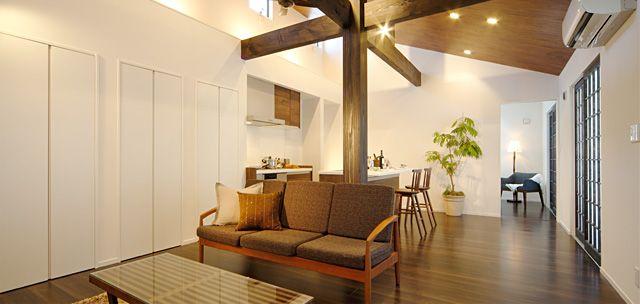 高い天井に映える梁 格子戸から漏れる灯り 木の温かみを感じる縁側