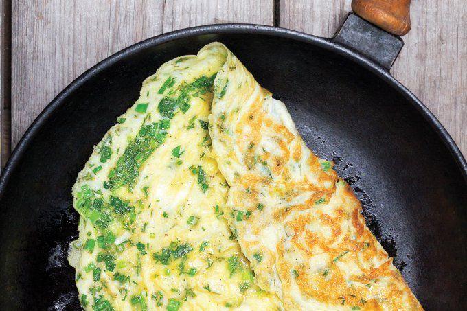 Omelete com ervas frescas para uma refeição proteica e saborosa