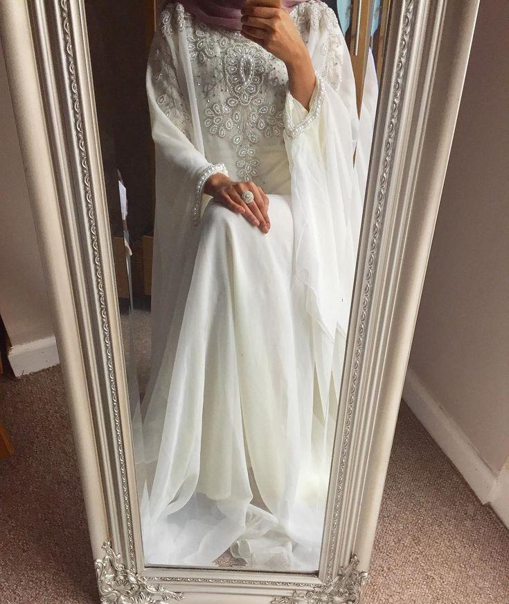 Arabian Butterflies | Nuriyah O. Martinez | 220 vind-ik-leuks, 5 reacties - @hennabyshiblee op Instagram: 'Today's outfit for my friend's nikkah. I absolutely love wearing kaftans that flow. This beautiful…'
