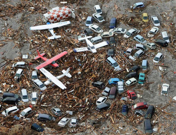 Des voitures et des avions balayés par le Tsunami de 2011.