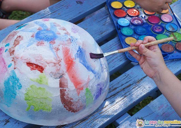 Mes filles ont adoré peindre sur un glaçon géant durant une chaude journée. C'est une activité sensorielle et créative pour les petits et les grands.