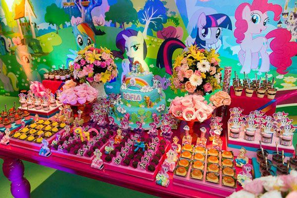 O aniversário de 3 anos da Sofia foi uma explosão de cores e fofura. O tema escolhido?Meu Pequeno Pônei! A Georgia Festas cuidou da superprodução, que con
