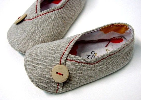 Too cute slipper pattern!  Wonder if I could make these in kid sizes?  Or mom sizes?