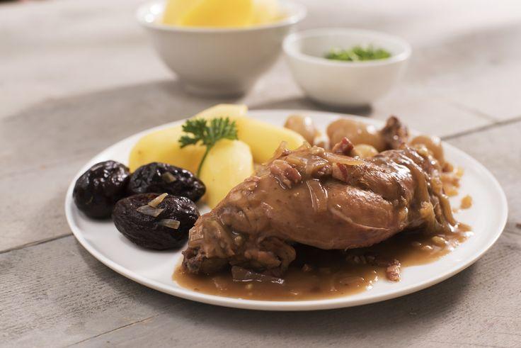 Een overheerlijke konijn met pruimen, die maak je met dit recept. Smakelijk!