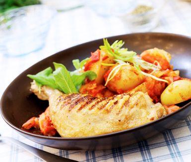 Spansk grillad kyckling med het smak av vitlök och piri-piri. Kycklingen serverar du tillsammans med kokt färskpotatis i en mustig kryddblandning av paprika, tomater, lök, spiskummin, koriander och tabasco. En klick turkisk yoghurt är gott till.