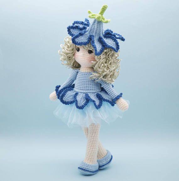Dies ist eine fertige Handarbeit Amigurumi Häkelpuppe einer schönen Bluebell-Blume-Puppe. Sie trägt einen schönen blassen Blau Organza-Rock, garniert mit Häkeln Blütenblätter gemacht zu schauen, wie eine Blume, Glockenblume. Auf dem Kopf locken ist eine abnehmbare Blumen Hut. Ihre