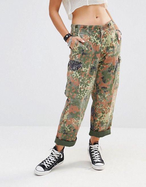 MILK IT VINTAGE – LOCKER GESCHNITTENE MILITARY-HOSE MIT HOHEM BUND UND TARNMUSTER  #fashion #trend #onlineshop #shoptagr