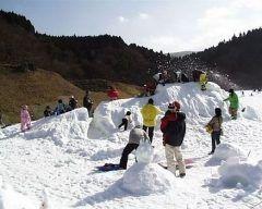 友達と一緒に佐賀市富士町にある天山スキー場にスキーに行ったよ ここは佐賀県唯一の人工スキー場で雪不足の心配がないんですよ 日曜日だったから人が多かったけど楽しかったな 皆さんもぜひ佐賀県の天山スキー場でスキーを楽しんでみてね tags[佐賀県]