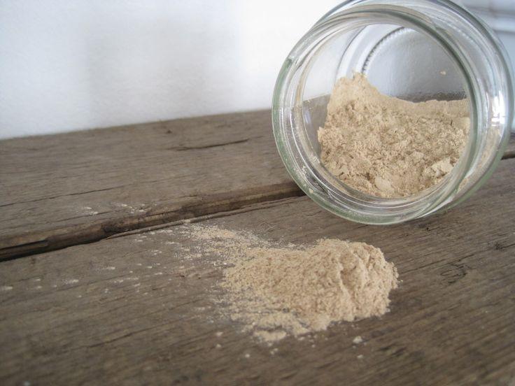 GESICHTSPUDER OHNE PLASTIK 1 kleines Schraubglas mit weitem Hals (damit der Pinsel rein passt)  2 TL Maisstärke 1-2 TL Heilerde (z.B. Luvos hautfein) 0,5-1 TL Zimt (Pulver) Diese Zutaten durch ein kleines Sieb ins Glas füllen und gut verrühren. Die Menge der braunen Zutaten kann variieren. Je nach Hauttyp etwas mehr oder weniger Heilerde oder Zimt zugeben.
