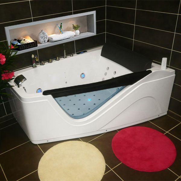 Cocoonez dans un bain à remous ultra relaxant, bercé par les massages délicats et les lumières douces diffusées par la chromothérapie aux vertues relaxantes. Imagi
