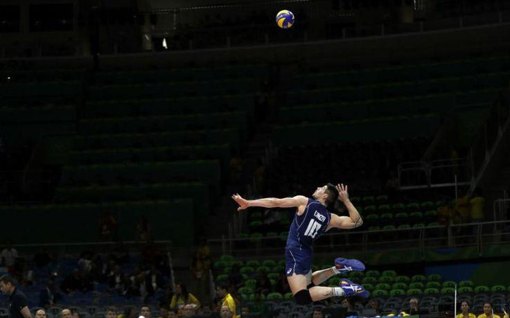 Κατέβα. Έτοιμος για την πάσα ο Ιταλός Filippo Lanza, που η ομάδα του μαχόταν την Γαλλία και την κέρδισε.  (AP Photo/Matt Rourke