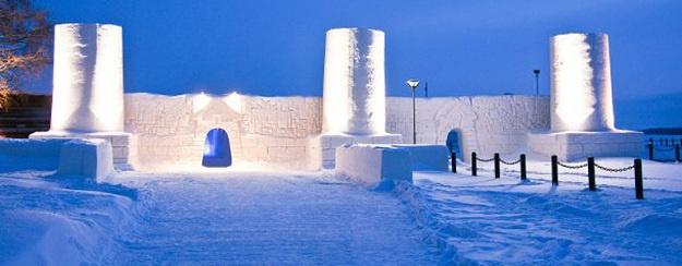 Un castillo de hielo efímero que muta en hotel