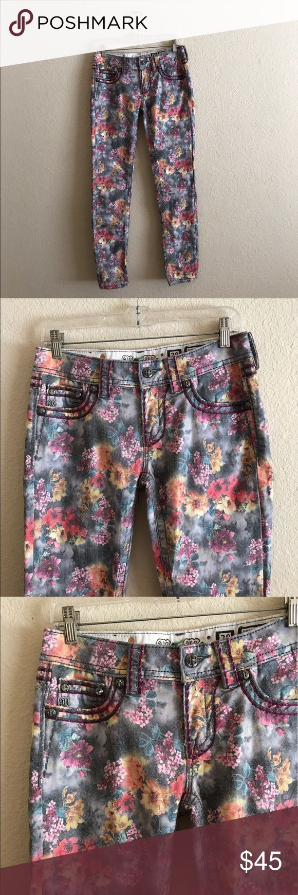 "MISS ME women's Flower Print Skinny Jeans 28 Miss Me women's Flower Print Skinny Jeans.  Size: 28.  In Great condition!  Inseam: 30"".  If you have any questions feel free to ask! Miss Me Jeans Skinny"