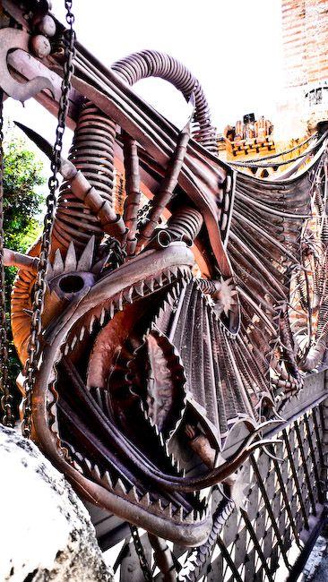 Dragón en la puerta de los Pabellones #Güell http://www.viajarabarcelona.org/lugares-para-visitar-en-barcelona/palacio-real-de-pedralbes/ #Barcelona #Gaudí