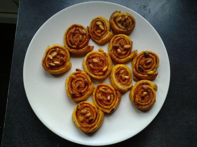 Een eenvoudig vooraf klaar te maken aperitiefhapje. Je kan er alle kanten mee uit, probeer bijvoorbeeld is kruidenkaas en zalm, of geitenkaas, appel, noten en honing. Deze versie is de sobere, &#82…