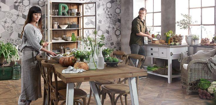 Träimitationsplattan Baita sun på golvet och klinkern Terra hexagon mix på väggen - ger detta härliga kök sin mjuka karaktär.