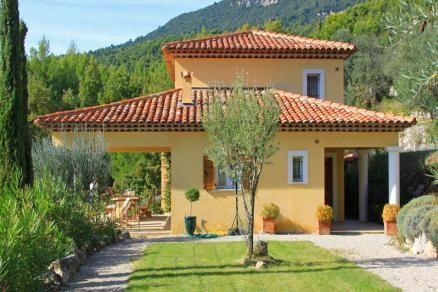 """Villa """"Colline de les Ours"""" (Seillans) - Luxe vrijstaande villa met privé zwembad met prachtig uitzicht op het Esterel-gebergte. De villa is gebouwd in neo-Provençaalse stijl met een oriëntatie op het zuidwesten met een grote, gedeeltelijk vlakke, tuin van circa 1.600 m2. Prachtig panoramisch uitzicht over de Provençaalse heuvels. Door het vlakke terrein inclusief grasveld en de jeu-de-boulesbaan is deze villa ideaal voor gezinnen met kinderen. De villa is geschikt voor 8 personen."""